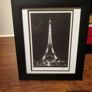Black & white Eiffel Tower picture.